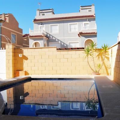 Chalet todo en una planta con piscina para entrar a vivir