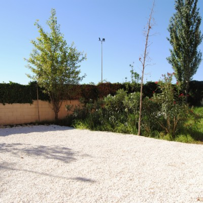 Villa with large plot and basement in Montecid